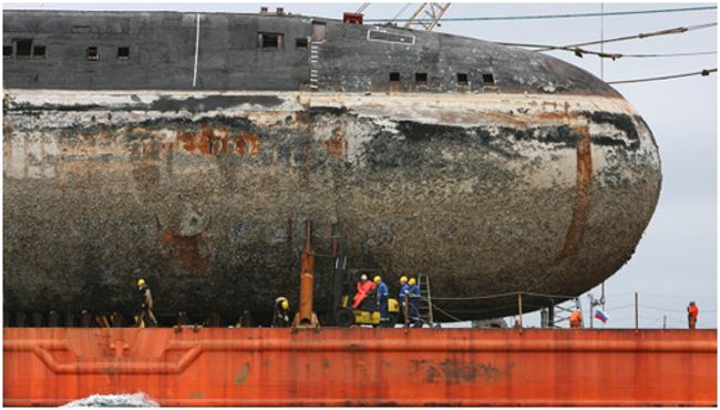 огромная старая подводная лодка