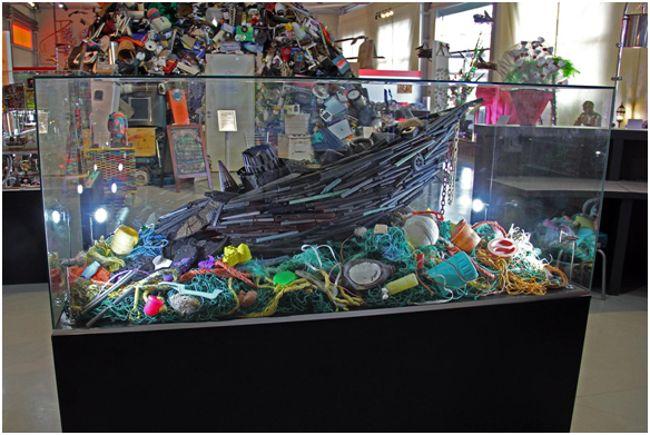 экспонат тонущий в мусоре корабль
