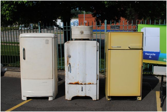 три старых холодильника