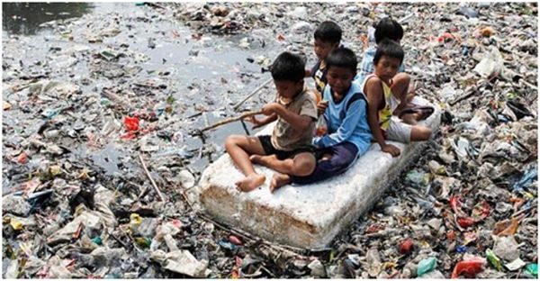 дети среди мусора