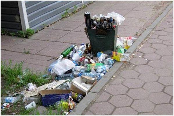 заваленная мусорка