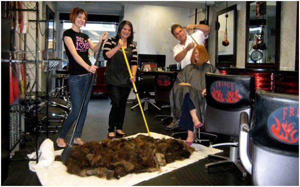 большое количество волос в парикмахерской