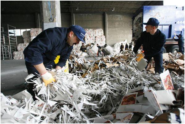 на заводе по переработке бумаги