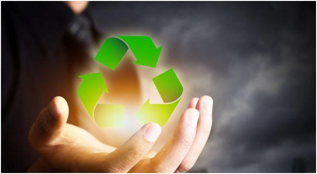 знак рециклинга в руке