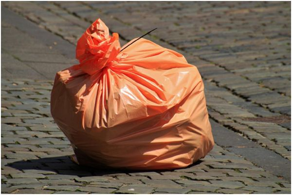 мешок с мусором на брущатке