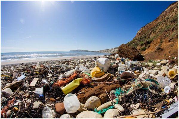 мусор на берегу моря