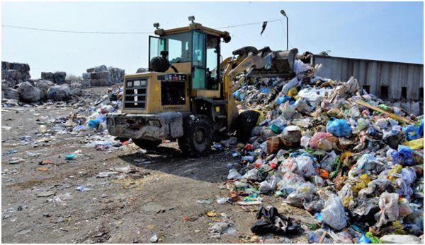 трактор убирающий мусор