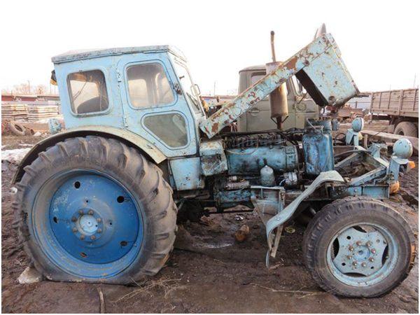 брошенный трактор