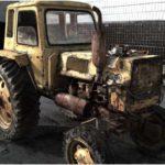 старый ржавый трактор