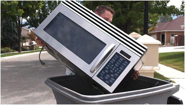 микроволновка в мусорном баке