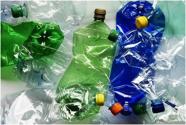 спущенные пластиковые бутылки